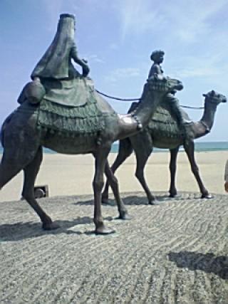 月の砂漠記念像の写真